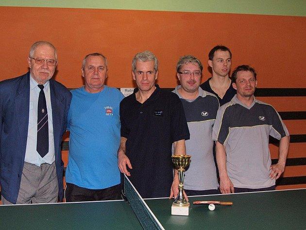Vítěz okresní soutěže 1. třídy - stolní tenisté Orel Paskov B. Zleva stojí: Miloslav Valenta (předseda oddílu), Zdenek Manda, Ivo Taichman, Petr Mička, Petr Forgač a vzadu Pavel Němčík.