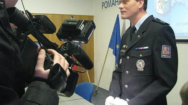 Policisté v pátek 21. ledna prezentovali případ dvou mladých lupičů, kteří s pistolí přepadávali herny ve Frýdku-Místku.