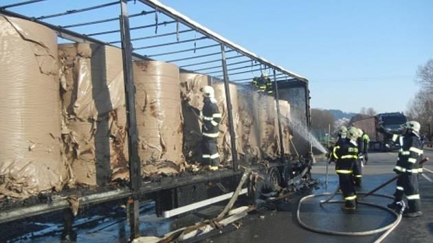 Požárem zničený kamion