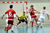 Třinečtí futsalisté (v bílém) nestačili v domácím prostředí na pražskou Slavii, se kterou prohráli 2:4.