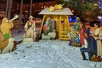 Tradiční betlém zdobí náměstí Svobody v Třinci.