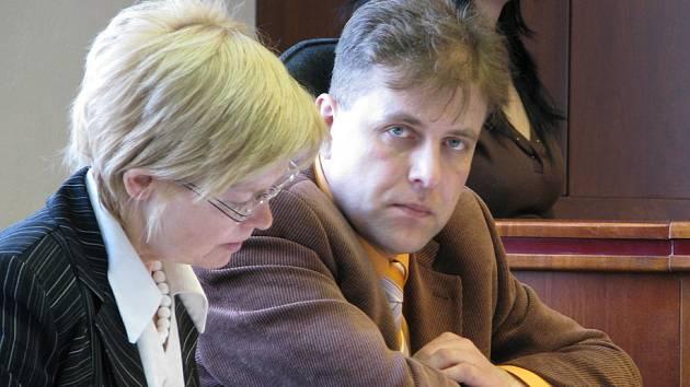 Propuštěný strážník a předseda odborové organizace frýdecko-místecké městské policie Radim Krus se včera radil se svou právní zástupkyní Miroslavou Hořínkovou.