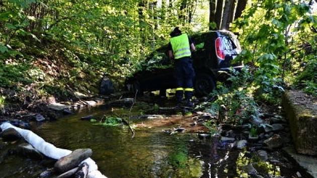 Tři jednotky hasičů zasahovaly v pátek odpoledne v  Čeladné, kde v potoce Frýdlantská Ondřejnice skončilo vozidlo Škoda Roomster.