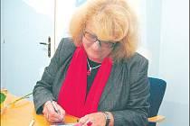 Iva Hűttnerová se po besedě podepsala svým obdivovatelům.