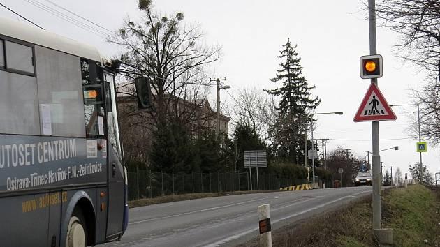 Silnice I/11 v Neborech slouží motoristům desítky let. Na snímku pohled ve směru k Oldřichovicím. Přeložka silnice se má stavět za patnáct měsíců, jisté to ovšem není.
