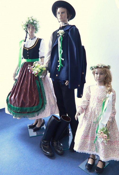 Figuríny se svatebním krojem nížinného Lašska