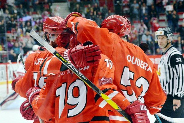 Oceláři (včerveném) přehráli doma Minsk a poskočili vtabulce na druhé místo.
