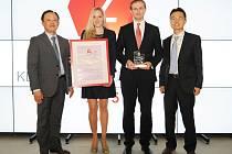 Představitelé společnosti HMMC s vítěznými trofejemi. Na snímku je i prezident Dongwoo Choi (první zleva).
