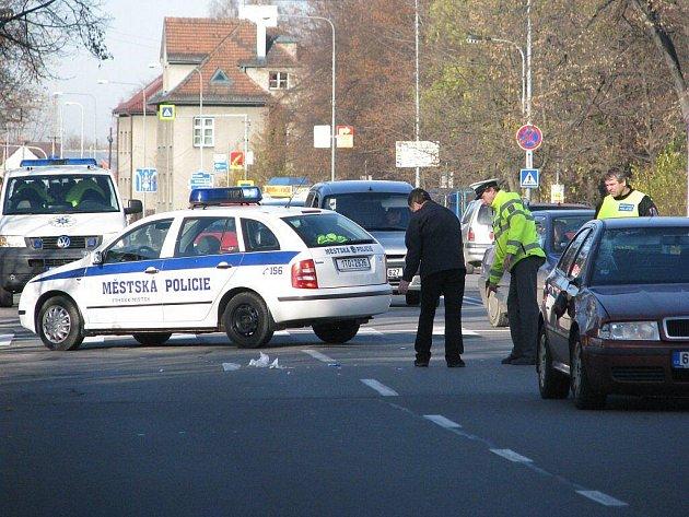 Snímek z nehody automobilu a chodkyně na Ostravské ulici ve Frýdku-Místku.