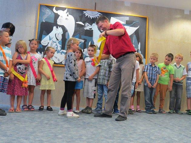 Školákům začaly povinnosti. Prvňáčci na 6. základní škole ve Frýdku-Místku zažili i šerpování.