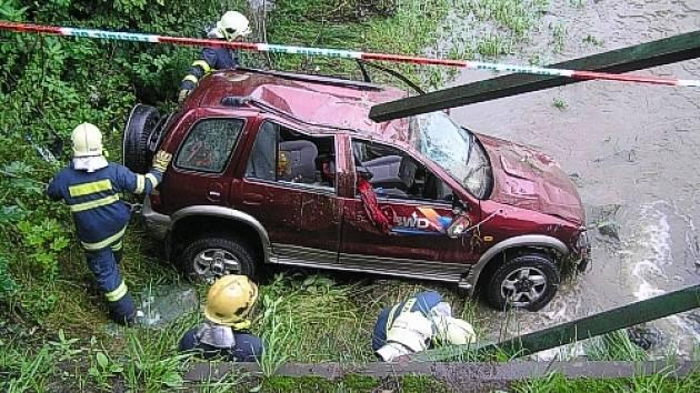 Pondělní dopravní nehoda u Písku. Osobní vůz se zřítil z mostu do řeky. Při příjezdu hasičů už byla posádka, z toho dvě děti, z auta venku.