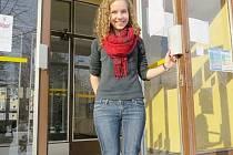Dominika Koflerová ve vchodu do frýdlantského gymnázia.