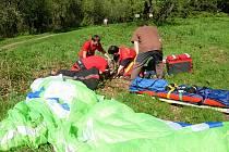 Pád dvou osob, jejichž padáky se vzájemně zamotaly. Na pomoc byly vyslány dvě posádky – vrtulník letecké záchranné služby z Ostravy a výjezdová skupina rychlé zdravotnické pomoci z Třince.