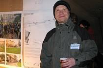 Ondřej Heřman na nedávné sídlištní výstavě s názvem Spořilov 30x jinak. Akce přinesla mimo jiné diskusi mezi všemi sousedy o finální podobě jejich sídliště.