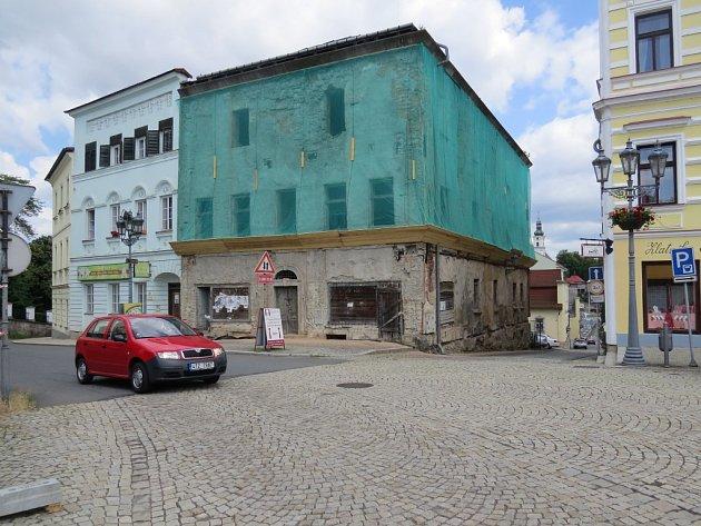 Zchátralý dům na rohu frýdeckého náměstí stále budí negativní ohlasy veřejnosti. V poslední době se zdálo, že se stavbě blýská na lepší časy, majitel ale nemovitost pouze zabezpečil.