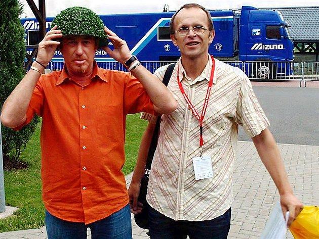 Španělský golfista Migual Angel Jimenéz zkouší přilbu, kterou dostal od śvého fanouška.