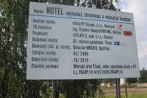 Stavba hotelu ve Vendryni, jejíž dokončení se plánovalo na říjen 2010, se zhruba o rok prodlouží. Investor rozhodl, že práce na obřím komplexu se pozastaví.