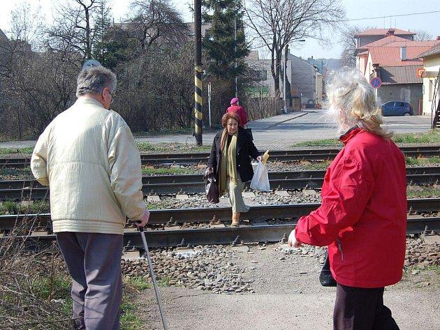 Podchod pro pěší by měl vzniknout pod tratí v Žižkově ulici v Třinci-Starém Městě (na archivním snímku). Lidé zde mají desítky let k dispozici lávku, většinou však volí nebezpečnou trasu přes koleje.