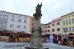 Pískovcový sloup s kopií Panny Marie na náměstí Svobody v Místku.