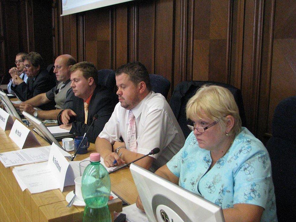 Poté, co zastupitel a radní města Petr Rafaj rezignoval, v jeho funkcích jej vystřídali náhradníci. Do zastupirelského křesla místo nej usednul Vilibald Pintzker, v radě ho vystřídal Jaroslav Chýlek a ve finančním výboru Pavlína Nytrová.