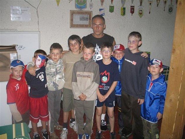 Mladí doberští fotbalisté s Miroslavem Matušovičem.