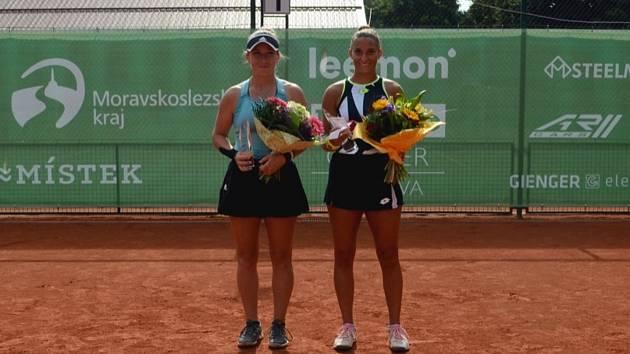Ženský tenisový turnaj ITF Frýdek-Místek Open 2021 (12. 9. 2021). Na snímku zprava vítězka Maďarka Udvardyová, která ve finále porazila Šapatavovou z Gruzie.