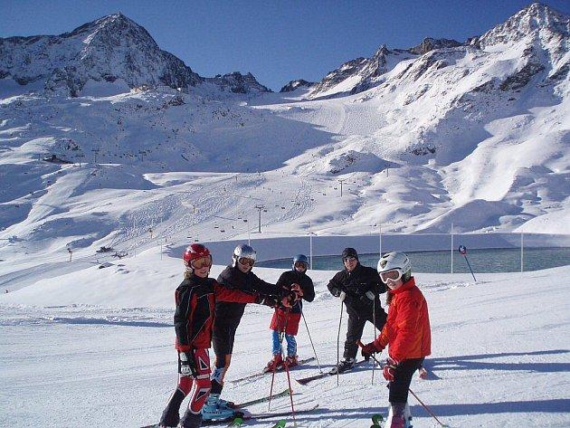 Část žáků s trenérem během tréninku v Alpách.