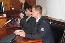 Jiří Barták z frýdecko-místecké cizinecké policie čelí obžalobě z pokusu o ublížení na zdraví. Loni v květnu postřelil 35letého muže, který ho napadl, podle státního zástupce ale neměl služební zbraň použít. Bartákovi hrozí dva až osm let vězení.