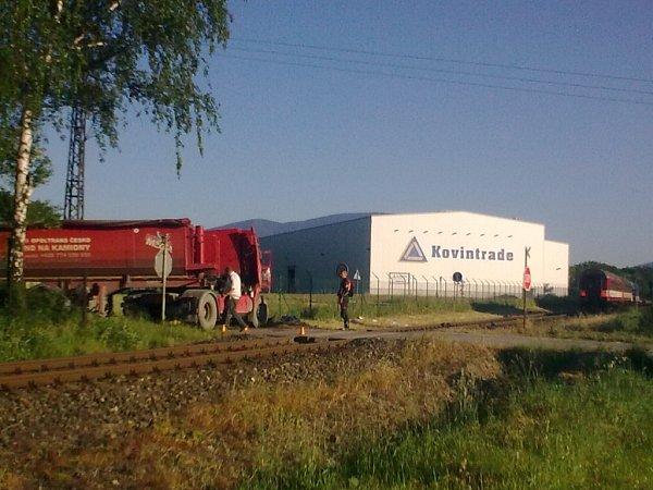 Nehoda nákladního automobilu sosobním vlakem mezi Ostravicí a Pržnem.