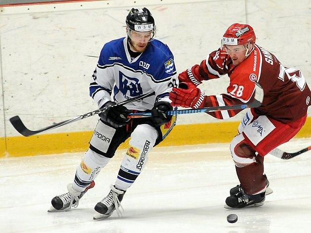 Hokejisté Frýdku-Místku (tmavší dresy) porazili rivala z Havířova i na druhý pokus.