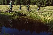 Mokřad v oblasti Plucnarka čistili a uklízeli dobrovolníci.