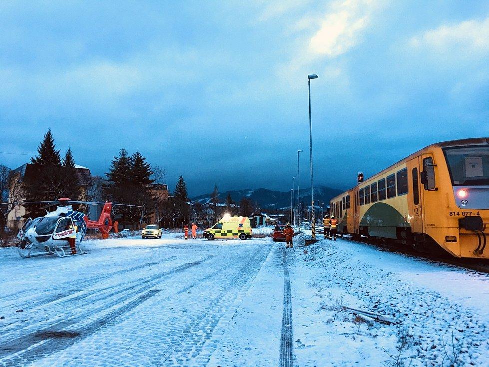 Zdravotní záchranáři zasahovali v neděli ráno na nádraží ve Frýdlantu nad Ostravicí, kde se motorový vlak střetl s třiašedesátiletou ženou.
