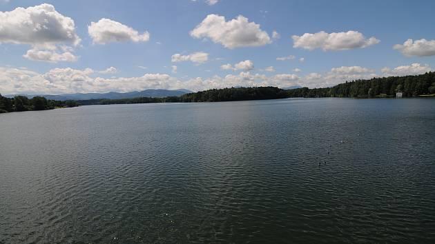 Pohled na Žermanickou přehradu z její hráze.