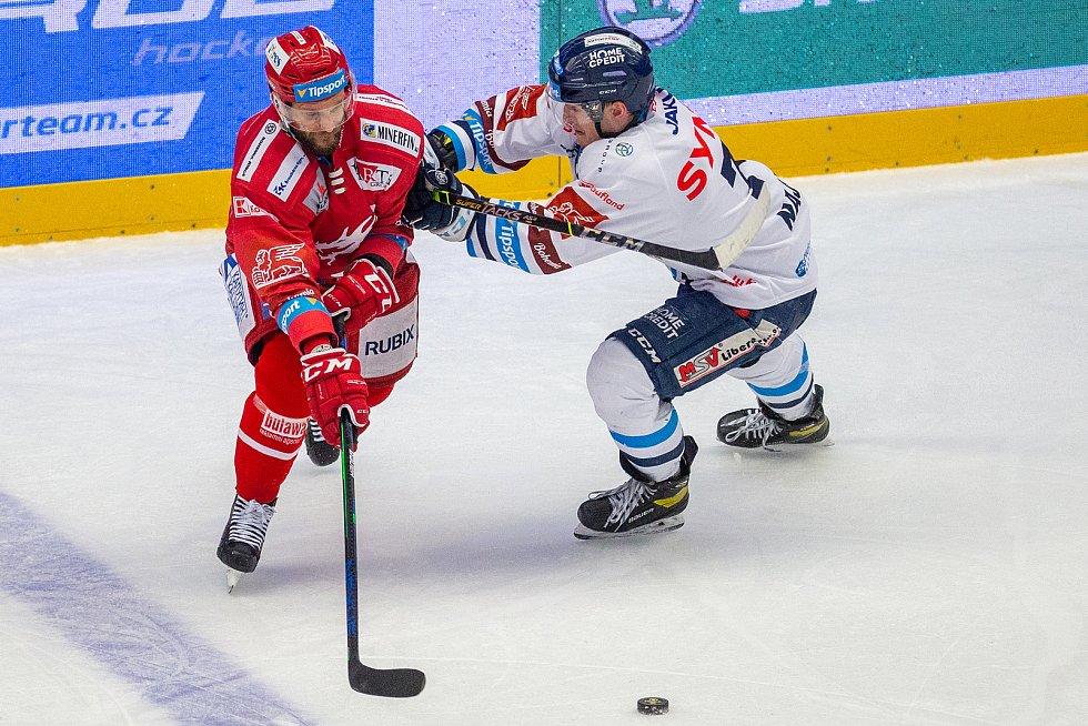 Finále play off hokejové Tipsport extraligy - 1. zápas: HC Oceláři Třinec - Bílí Tygři Liberec, 18. dubna 2021 v Třinci. Zleva Martin Růžička z Třince a Adam Najman z Liberce.
