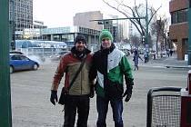 Jan Hrdlička (vpravo) se svým kamarádem Michalem Sostřonkem v kanadském Edmontonu.