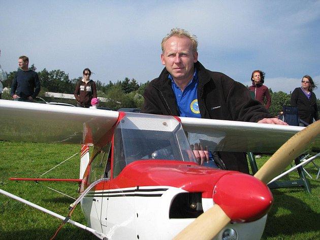 René Hradil se svým modelem amerického hornoplošníku, se kterým se v sobotu představil na letišti v Místku – Bahně.