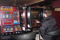 Výherní automaty povolují obce, zatímco videoterminály ministerstvo financí.