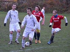 Fotbalisté Jablunkova (v bílém) na domácí půdě potvrdili roli favorita, když Lučinu porazili 4:1.