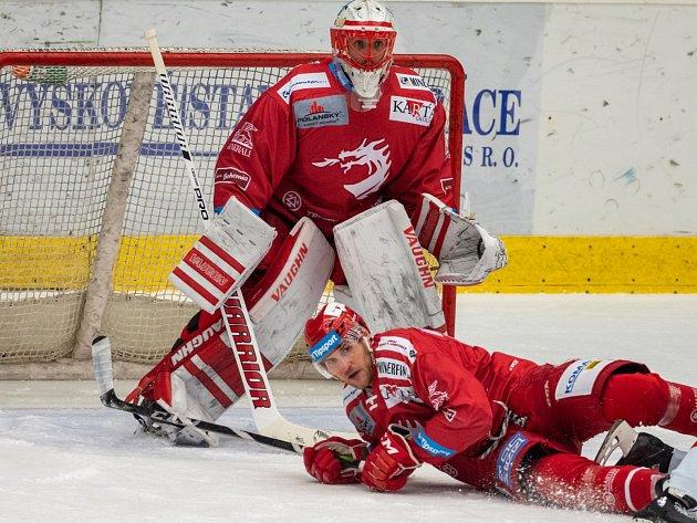 Třinečtí hokejisté (včerveném) uspěli vChomutově 4:0.