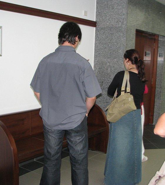 Antonín Slavík a Radka Tacinová o přestávce hlavního líčení. Slavík byl při fotografování v budově soudu agresivní, z jednání ale odcházel spokojen. Na rozdíl od Tacinové do vězení nemusí.