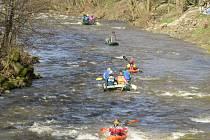 Vodáci v sobotu dopoledne sjížděli řeku Ostravici od přehrady Šance.