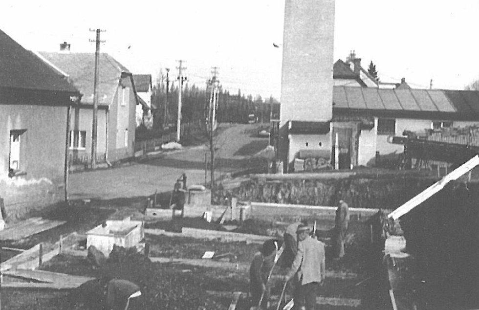 ZÁKLADY nové přístavby v centru obce v roce 1986. Ve stejném roce bylo uzavřeno kino, protože bylo započato s druhou přestavbou této obecní budovy.