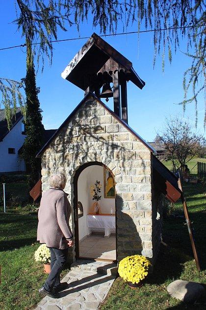 Nová kaplička vRaškovicích je zasvěcena svaté Barboře.