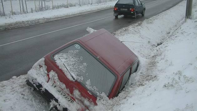 I řidič tohoto osobního vozidla nezvládl v pátek ráno jízdu z nechvalně známého kopce v Sedlištích. Havarovaný vůz  ještě včera ležel v příkopu.