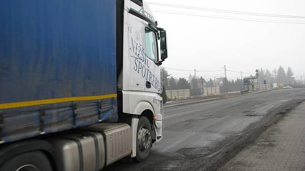 V Třinci v úterý zveřejnili podrobnosti k chystané rekonstrukci rozbité silnice I/11. Opravy potrvají 125 dnů – začnou v dubnu u školy v Neborech, jako poslední se dočkají ve Vendryni (na snímku).