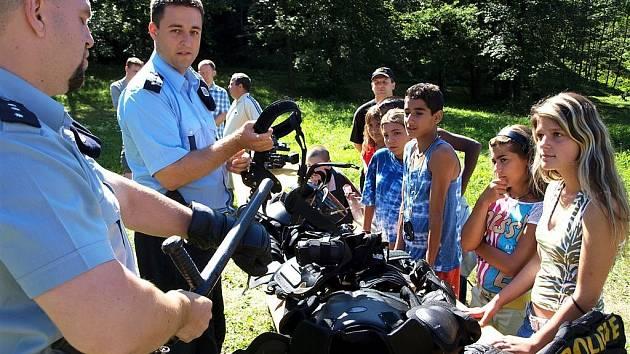 Ukázka výzbroje policisty.