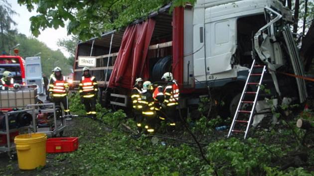 Záchranné práce u nehody kamionu.