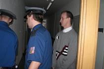 Oskar Chowaniok hrozil nádražím ve Frýdku-Místku a Dobré bombovými útoky. Telefonátů bylo nejméně pět. Soud mu vyměřil tři roky vězení.
