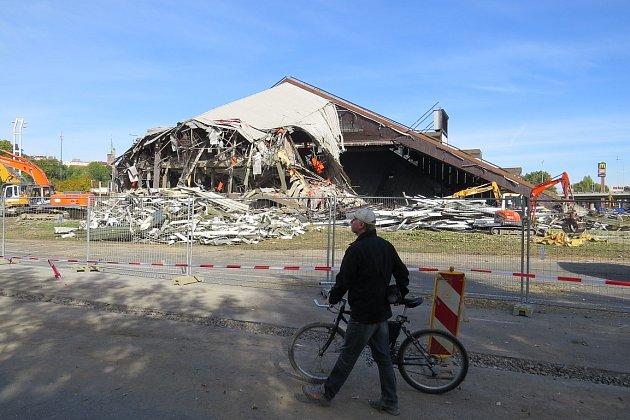 Říjen 2013.Demolice sportovní haly začala loni vzáří. Poslední akcí vhale byl červnový koncert Iggyho Popa.
