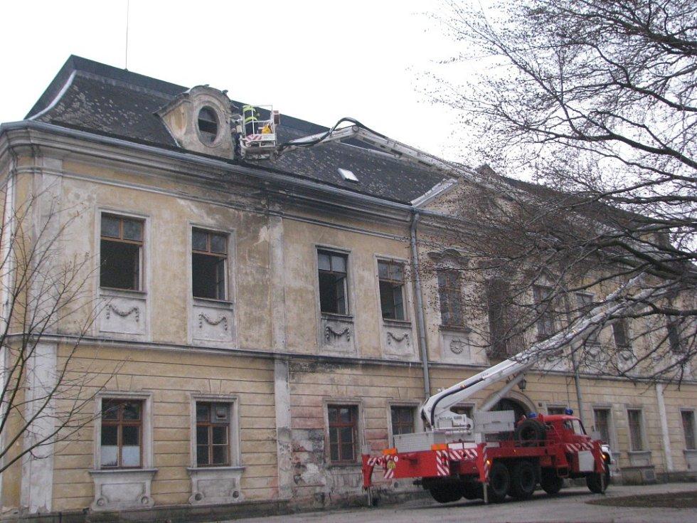 Paskovský zámek chátrá, rozkrádají ho zloději a střechu musí  provizorně opravovat hasiči.